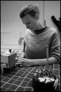 Tapetserare Annika Lindfeldt i verkstaden